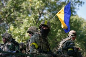 ukrainian soldiers with flag